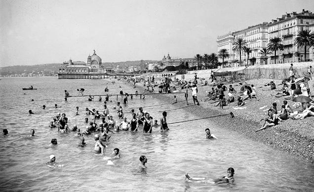 La plage, les baigneurs ca 1930, Nice, France, Photographie N&B Tirage argentique sur papier albuminé. 12x25,2 cm